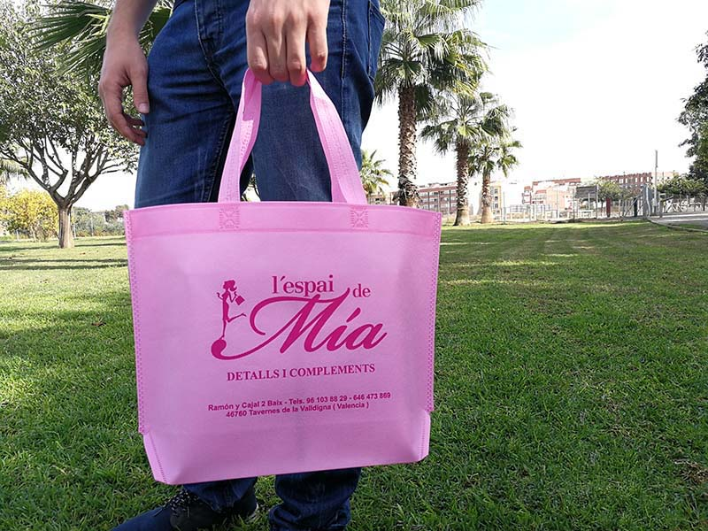 5275f3d78 Ponemos las bolsas de tela María a tu alcance desde poca cantidad, pudiendo  combinar tamaños y colores, para dar un aire fresco a la imagen de tu  comercio.